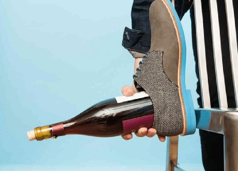cách mở rượu vang bằng giày
